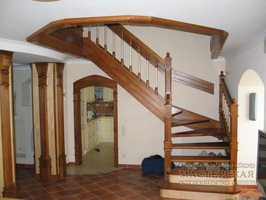 Дубовая лестница с балясинами из клена.